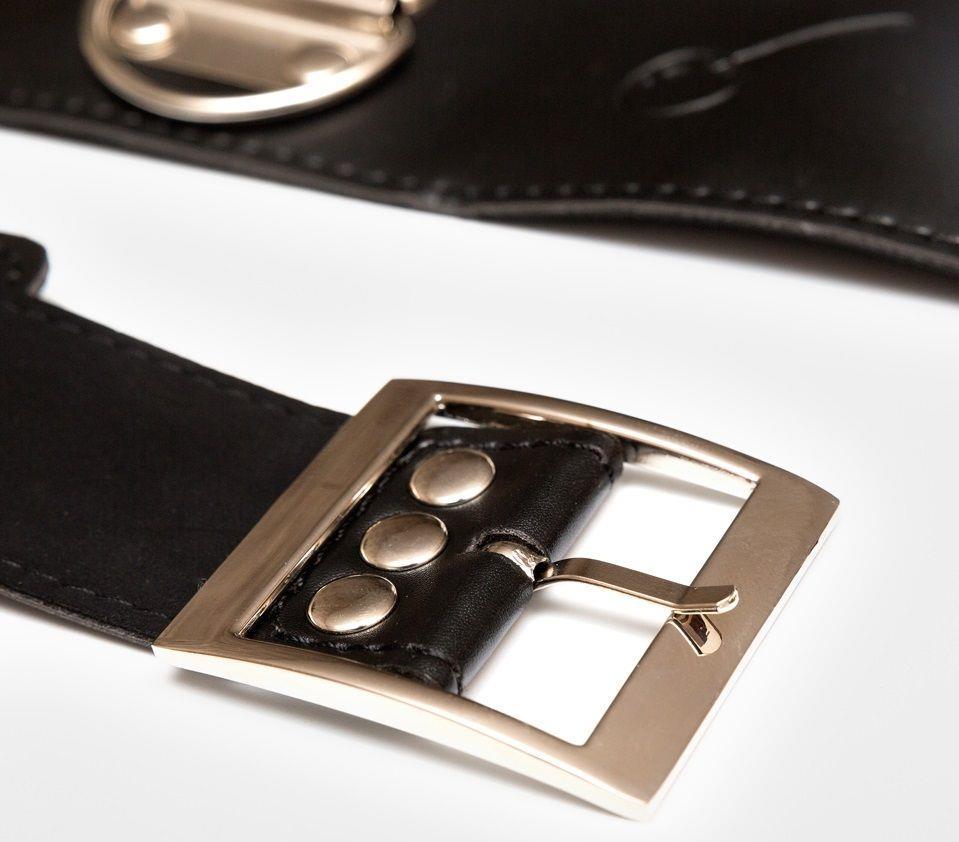 Фиксация БДСМ: наручники, пристёгнутые к ошейнику