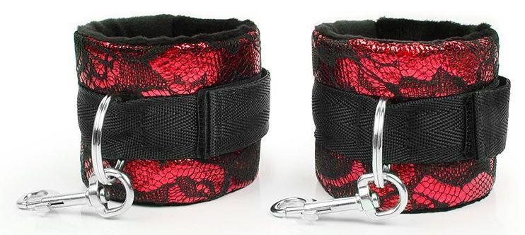 Красно-черные наручники с карабинами