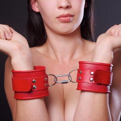 Красные кожаные нарунчики с ремешком и двумя карабинами на концах