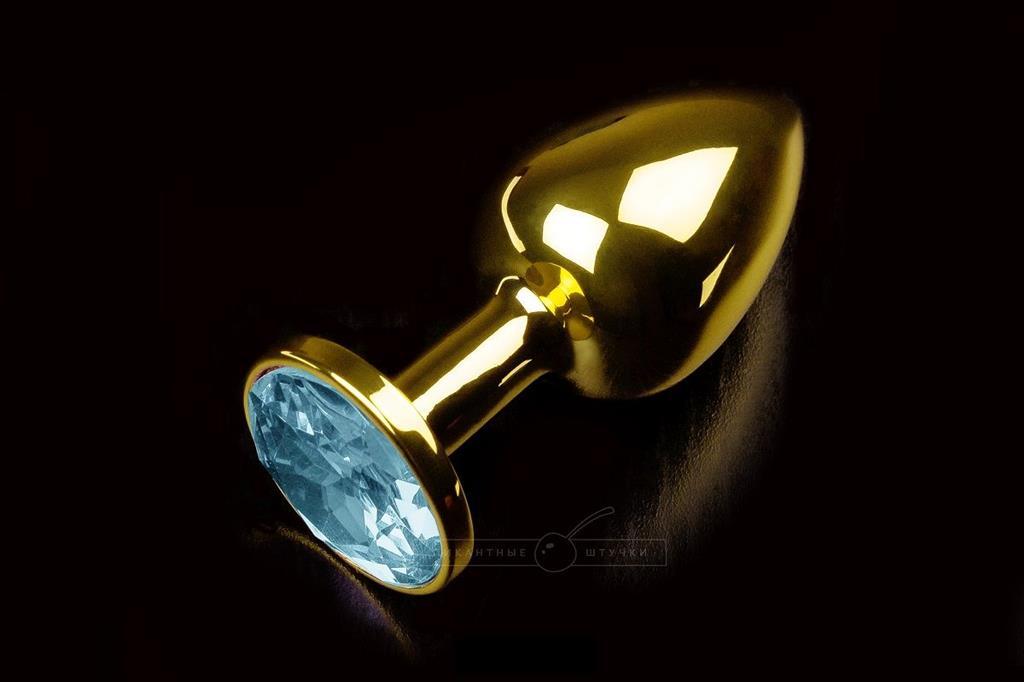 Маленькая золотистая анальная пробка с круглым кончиком и голубым кристаллом - 7 см.
