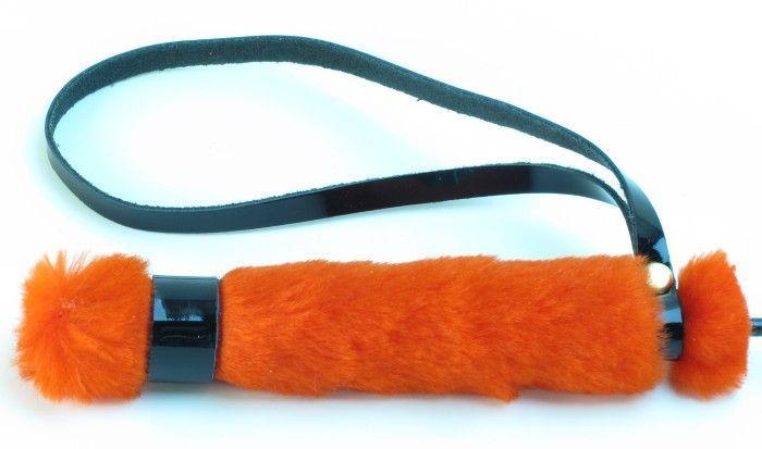 Лаковый стек с красной меховой ручкой - 64 см.