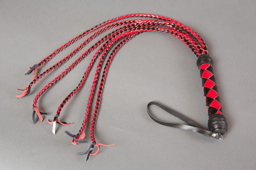 Красно-чёрная плеть-многохвостка из лакированной кожи - 80 см.