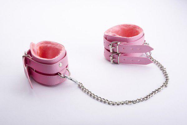 Розовые оковы с мехом внутри