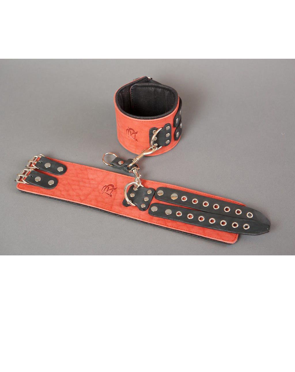 Широкие красные наручники из кожи