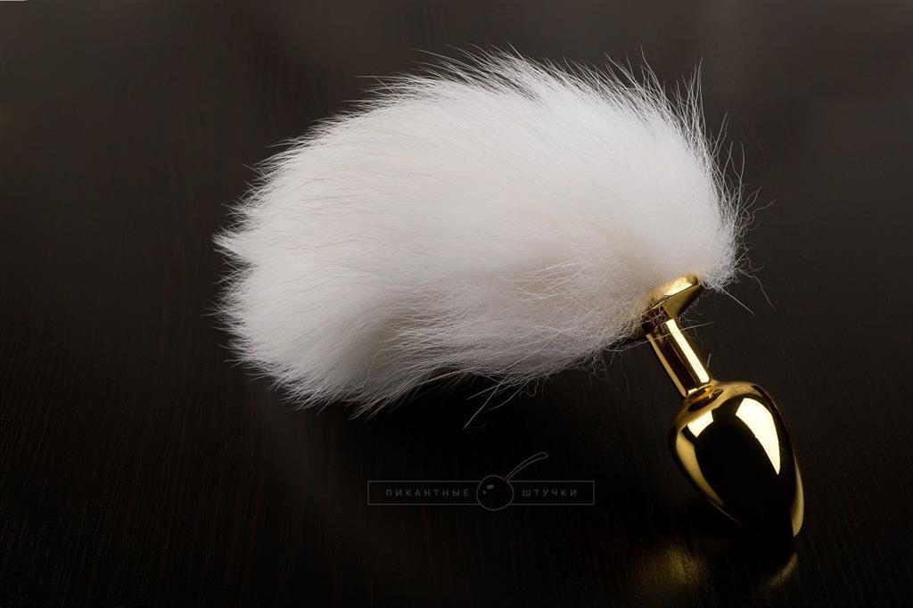 Маленькая золотистая анальная пробка с белым хвостиком