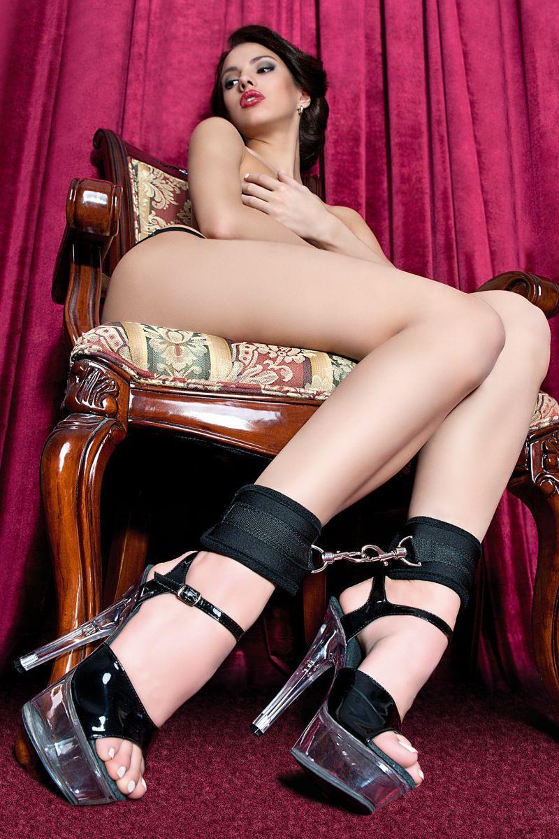 Черные оковы на ноги из неопрена