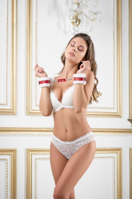 Бело-красные кожаные наручники с нежным мехом