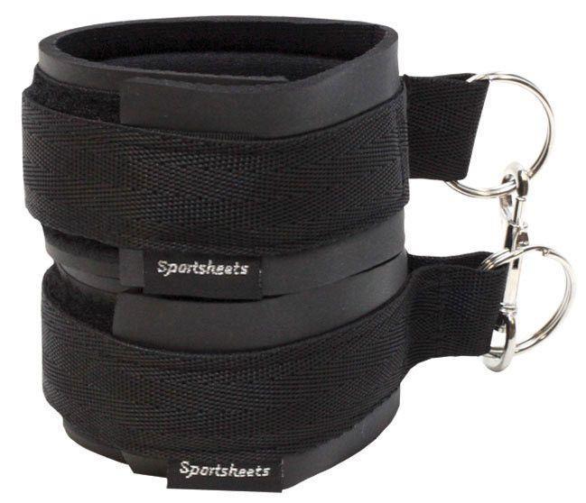 Чёрные манжеты на запястья с соединительным карабином Sports Cuffs