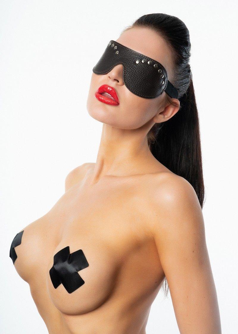 Коричневая кожаная маска с клепками
