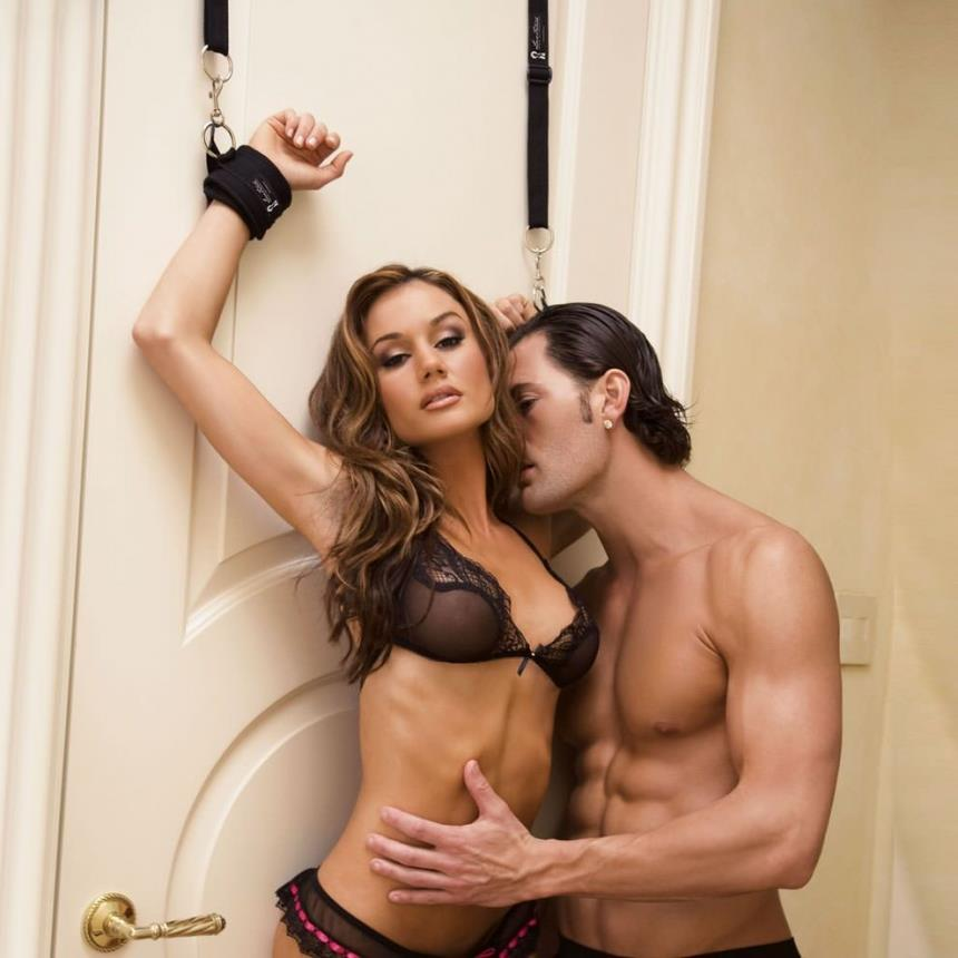 Черные фиксаторы с креплением к двери Closet Cuffs