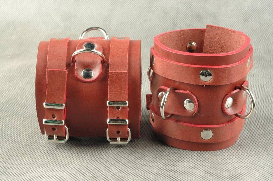 Широкие красные не подшитые наручники из кожи