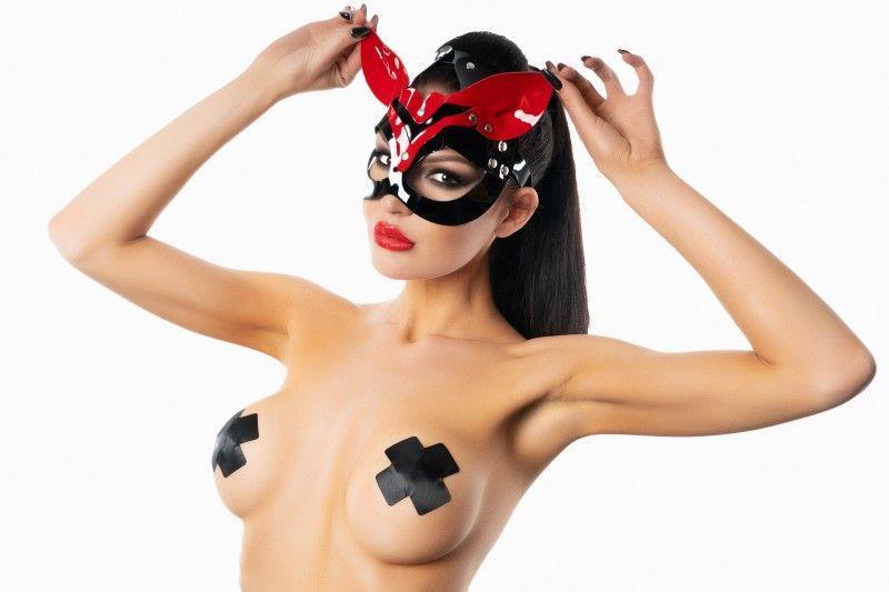 Черно-красная лакированная маска кошки с ушками