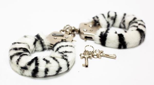 Меховые наручники с окраской под зебру