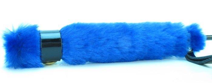 Лаковый стек с синей меховой ручкой - 64 см.