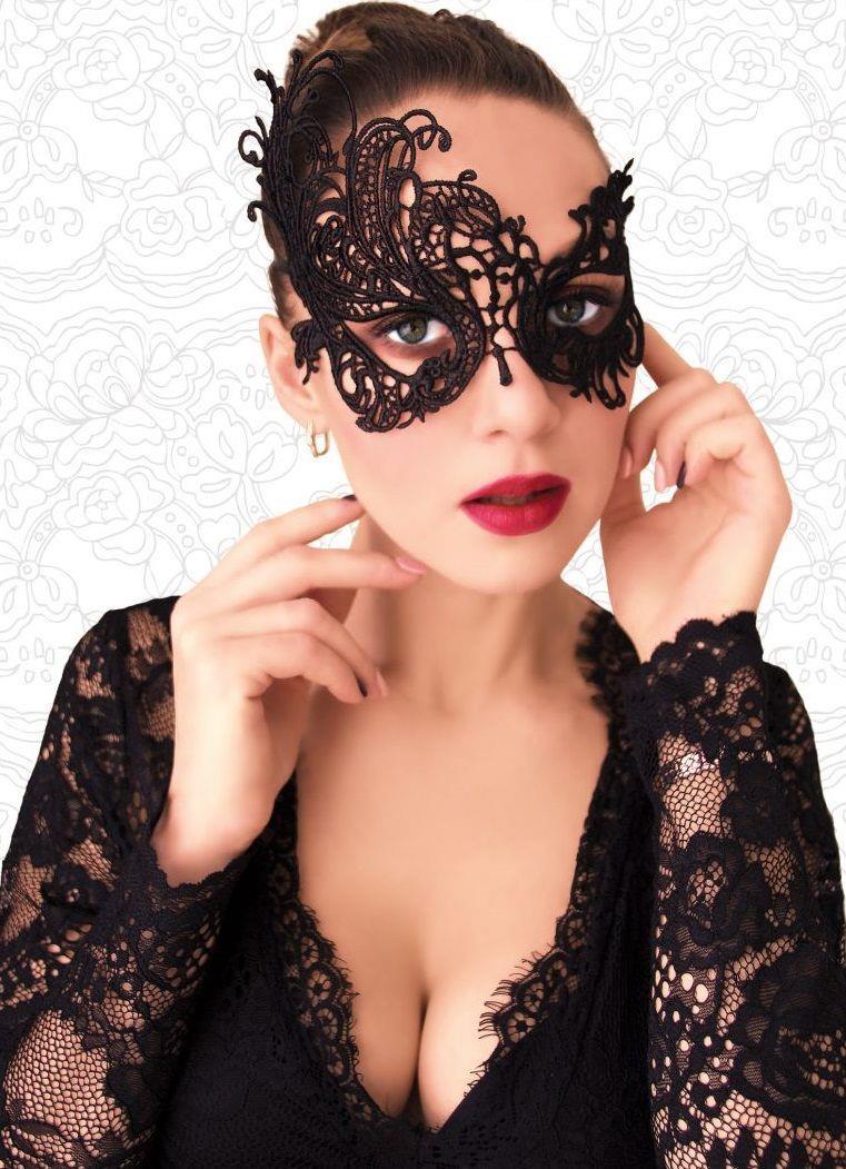 Черная ажурная асимметричная маска