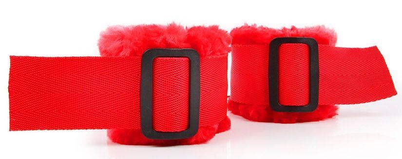 Красные меховые наручники на регулируемых черных пряжках