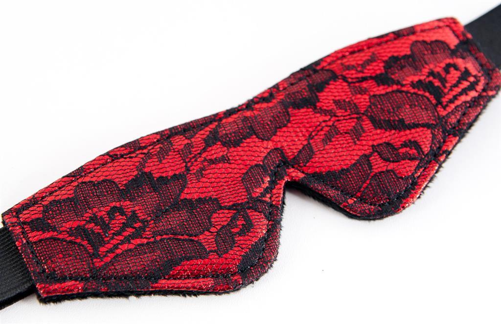 Кружевной набор красного цвета: маска и флоггер