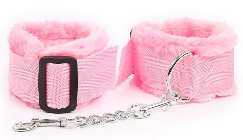 Розовые меховые оковы на регулируемых черных пряжках